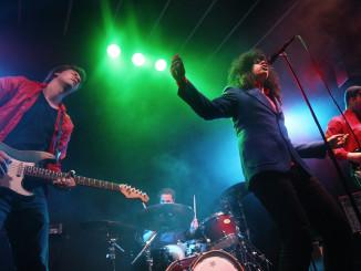 Colorbluen ympärillä riittää kuhinaa. Tässä bändi soittaa loppuunmyydyllä Semifinaali-keikalla Helsingissä.