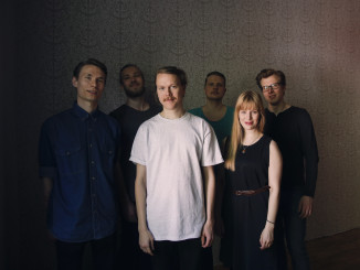 Tilhet, pajut ja muut- bändin säveltäjä-sanoittaja Juho Hoikka kuvassa valkoisessa paidassa vierellään solisti Anna-Sofia Tuominen.