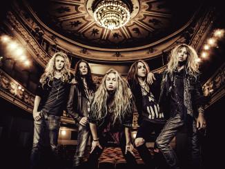 Shiraz Lane on Suomen lupaavimpia rockbändejä.  Kitaristi Jani Laine kuvassa ensimmäinen vasemmalta ja laulaja Hannes Kett keskellä.