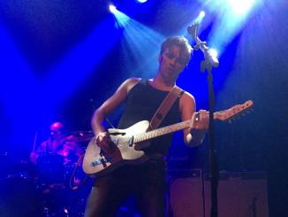 Melrose-pomo Tokela on aliarvostettu eliittiluokan rock-kitaristi, laulaja ja bändin keulahahmo.