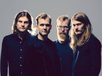 Pimeys-yhtye on kerännyt vankan fanikunnan taakseen. Pekka Nisu kuvassa oikeassa laidassa.