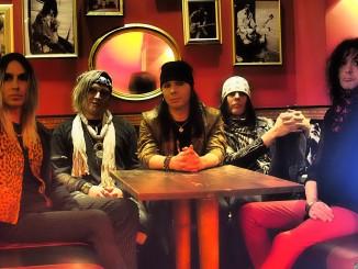Plastic Tears -bändi poseeraa vuonna 2018. Kuvassa keskellä laulaja Miqu December.