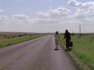 """""""Ideana oli tehdä uhmakas rakkauslaulu, jossa haastetaan elämän suurinta rakkautta ja edetään maantiellä, niin kuin suurimmassa osassa meidän biisejä. Ne on tarkoitettu kuunneltavaksi on the road."""" – Paola Suhonen"""